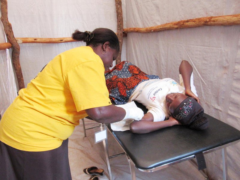 Burundian woman receives her first contraceptive implant at Nyarugusu.