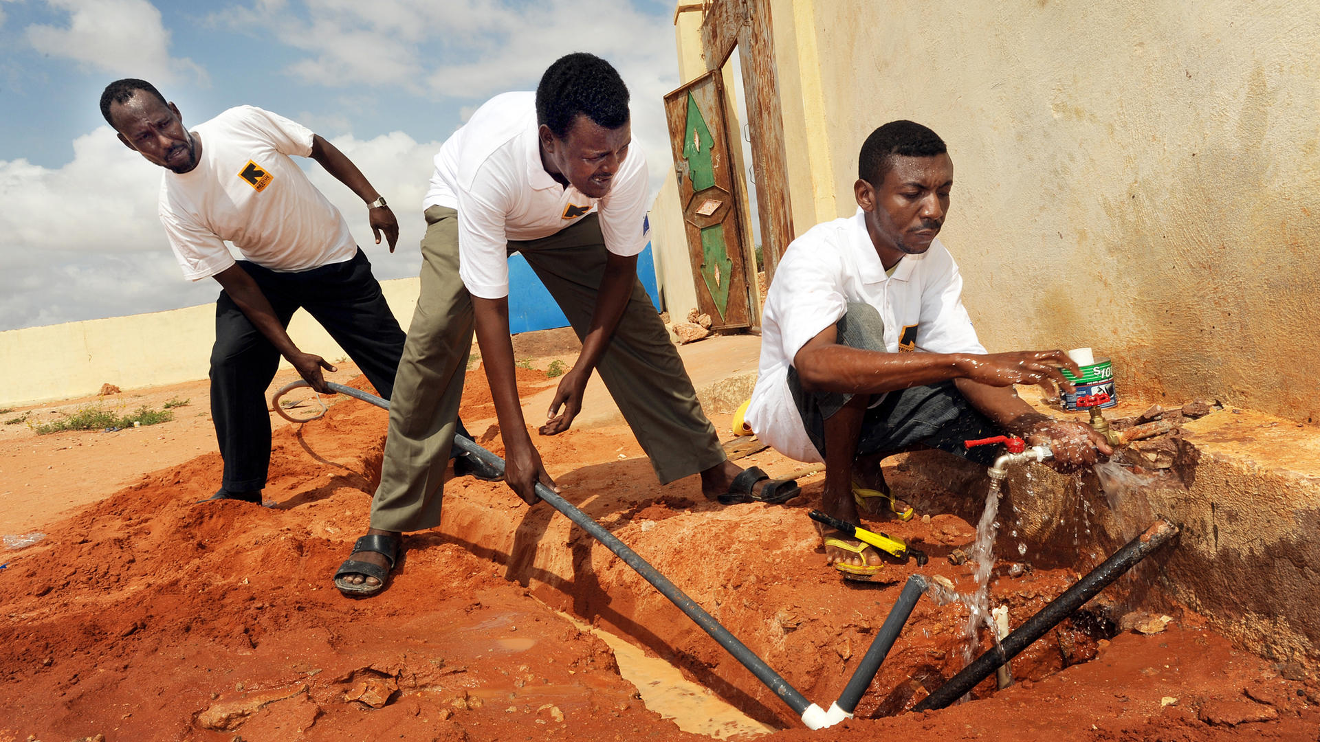 An IRC team installs water to a primary school in Galkayo, Somalia.